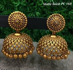 Golden jhumka designs Source by Earrings Gold Jhumka Earrings, Indian Jewelry Earrings, Jewelry Design Earrings, Gold Earrings Designs, Gold Jewellery Design, India Jewelry, Temple Jewellery, Necklace Designs, Bridal Jewelry