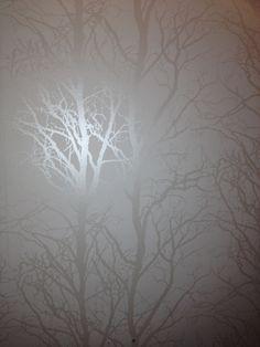Söker desperat efter en vit tapet med silver/grå träd på. - Diskutera Inredning på StyleRoom