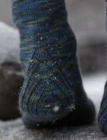 Neuloin isälle ja äidilleni lahjaksi Vanilla is the new black -sukat. Hauska sukkamalli, jossa perussukan jujuna on erilainen kantapää. ... Knitting Socks, Hand Knitting, Knitting Patterns, Knitted Slippers, Knit Or Crochet, Yarn Crafts, Mittens, My Style, Handmade