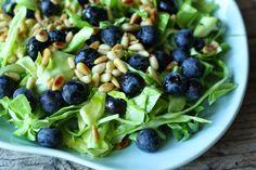 Spidskålsalat med blåbær og limedressing