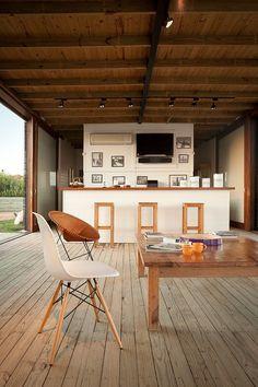 breiter Kochblock mit Hockern zum Essen in der Küche. A Simple Modern House in Uruguay.
