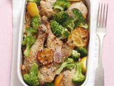 Hähnchenkeulen mit Broccoli, Sesam und Zitronen ist ein Rezept mit frischen Zutaten aus der Kategorie Hähnchen. Probieren Sie dieses und weitere Rezepte von EAT SMARTER!