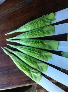 บต.2 Flower Garland Wedding, Flower Garlands, Flower Decorations, Flower Crafts, Diy Flowers, Flower Art, Thai Decor, Leaf Projects, Thai Art
