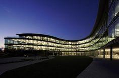 Der gläserne Neubau der Daniel Swarovski Corporation in Männedorf am Zürichsee besticht durch seine außergewöhnliche Hufeisen-Form und seine konsequent nachhaltige Bauweise. #Sonnenschutz #Raffstore #Architektur #Referenz