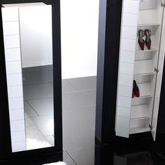 """Si hablamos de un #mueble funcional por excelencia ese es el #zapatero. Nos permite tener nuestros #zapatos ordenados y en buen estado. El zapatero normalmente se coloca en el recibidor, ya que no solo mantendrá el orden sino también la higiene y limpieza de la casa. Y aunque a priori es un mueble poco """"atractivo"""" actualmente existe una gran variedad de diseños y de tamaños que se adaptan perfectamente tanto a la decoración como al espacio disponible."""