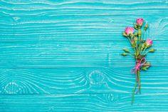 Flores decorativas no azul superfície de madeira Foto gratuita