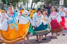 niñas traje tipico desfile ecuador.