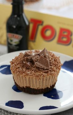 Mini Toblerone & Baileys Cheesecakes are so naughty… and totally delicious! Best of all, they're completely no-bake! Mini Desserts, Easy Desserts, Delicious Desserts, Dessert Recipes, Delicious Chocolate, Classic Desserts, Bar Recipes, Homemade Baileys, Baileys Recipes