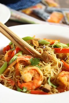 Spicy Singapore Noodles (Singapore Mei Fun) - The Suburban Soapbox Singapore Mei Fun Recipe, Spicy Singapore Noodles Recipe, Asian Recipes, Healthy Recipes, Ethnic Recipes, Fun Recipes, Chinese Recipes, Meal Recipes, Rice Recipes