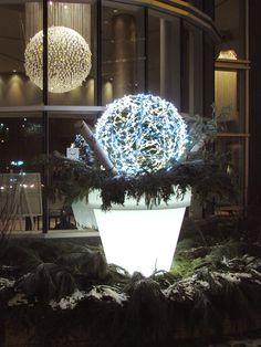 Arrangement extérieur à l'Hôtel  «Le Crystal», Montréal. Design et réalisation par Alphaplantes. http://www.alphaplantes.com/   #Alphaplantes #Noël #Christmas #Xmas #Christmasdecorations #Cristmasholidays #Design #Winter #Lights #Lumière #Hôtel #Arrangement #Fêtes
