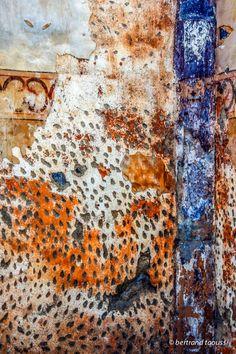 Pour rendre un mur colérique il faut déposer le reliquaire de vénération, du bleu de méthylène élevé sous la mère, un soupçon de rouille des sables qui colle aux doigts et le fond d'un blanc d'oeil mystique. Le tout doit mijoter le temps d'une vie monastique avant que ses occupants n'ouvrent leurs mirettes et savourent en silence ton vif émerveillement si à tout hasard ton regard fixe le Saint-Bernard. BT http://bertrand-taoussi-photo.blogspot.fr/2014/03/monastique.html