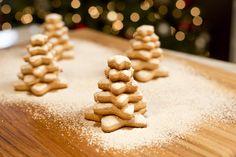 Prepara esta deliciosa receta de galletas de árbol de navidad, a todos les encantarán. Tienen el sabor de jengibre que caracteriza la temporada de diciembre.