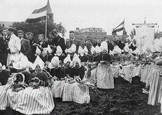 Parochie H. Vincentius a Paulo, Volendam. Processie op het oude voetbalveld, tussen Giek en Viserstraat Uit: Wederwaardigheden rond een parochie, p. 62  #NoordHolland #Volendam