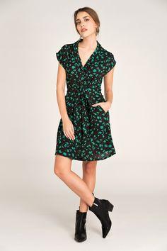 Vestido Moufette vert floral de Rue Mazarine también disponible en negro en leonceshop.com y tiendas Leonce. Rue Mazarine, Floral, Vintage, Style, Fashion, Vestidos, Minimal Dress, Tents, Hair Bows