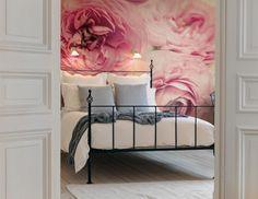 Les larges pivoines roses sur le papier peint donnent à la pièce une ambiance douce et romantique.