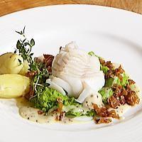 Kokt torsk, ertepure, sennepssaus og bacon -