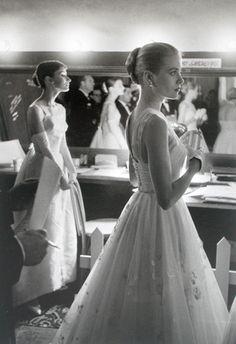 Audrey Hepburn e Grace Kelly nel backstage la notte degli Oscar, Hollywood, California, 1956.