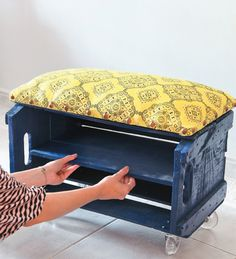 Make your own shoe bench from a fruit crate Shoe Bench, Diy Bench, Old Crates, Wooden Crates, Furniture Making, Diy Furniture, Make Your Own Shoes, Plastic Crates, Home Goods