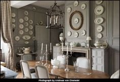 Gorgeous dining room Wall color plates on wall that table French Interior, French Decor, Interior Design, Dining Area, Kitchen Dining, Dining Rooms, Fine Dining, French Country House, Plates On Wall