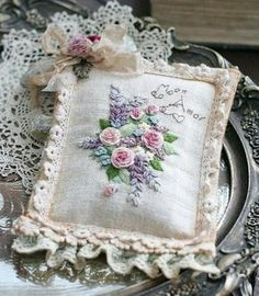 Wonderful Ribbon Embroidery Flowers by Hand Ideas. Enchanting Ribbon Embroidery Flowers by Hand Ideas. Learn Embroidery, Rose Embroidery, Japanese Embroidery, Silk Ribbon Embroidery, Embroidery Applique, Embroidery Stitches, Embroidery Patterns, Brazilian Embroidery, Ribbon Work
