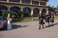 Entrada de los gaiteros frente a la novia. www.eventosycompromiso.com