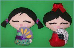 Boneca japonesa em feltro, levemente perfumada. Feita à mão. Enchimento acrílico. Mede de 23 a 27 cm, dependendo do modelo.