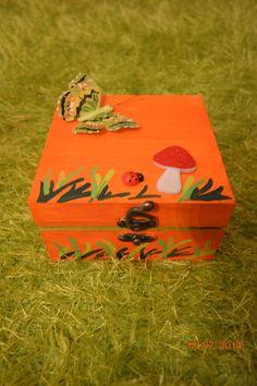 Caixa em madeira pintada à mão com motivos da natureza e apliques. Para comprar ou dúvidas, contactar arte_encaixarte@hotmail.com ou https://www.facebook.com/encaixarte/