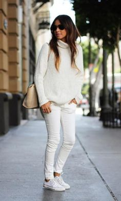 25 Winter White Outfits to Try - Sincerely Jules wearing a turtleneck sweater, + white skinny jeans and sneakers. Love all white for winter! Such a fashion statement. Looks Com Jeans Skinny, Jeans Skinny Branco, White Skinny Jeans, White Denim, Blue Denim, All White Outfit, White Outfits, Casual Outfits, 30 Outfits