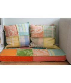 kindermatrasje bekleed met (gewassen) wollen dekens. Voor en achterkant hebben een ander patroon, zie foto's. Om een leuke zithoek mee te maken voor de kinderen. voor de kussens zie ook mijn andere advertenties