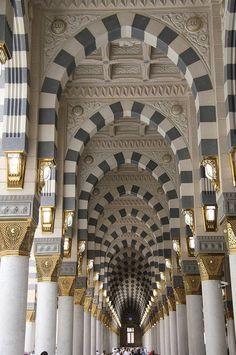 Interior architecture of Masjid al Nabawi in Medina, Saudi Arabia, polychrome arches. Architecture Antique, Islamic Architecture, Beautiful Architecture, Beautiful Buildings, Art And Architecture, Architecture Details, Beautiful Mosques, Beautiful Places, Medina Saudi Arabia