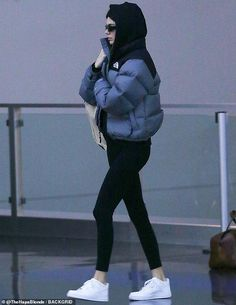 Kendall Jenner swings Louis Vuitton tote amid 'reunion with Ben Simmons' Winter Fashion Outfits, Look Fashion, Doudoune The North Face, North Face Outfits, Kendall Jenner Outfits, Mode Streetwear, Mode Inspiration, Mode Outfits, North Face Jacket