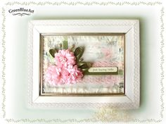 Tabou decorativ realizat in culori delicate cu aspect romantic. Flori din material textil, panglica satin si dantela. Rama de lemn cu dantela. Pe spate dantela. Dimensiuni: 24 cm x 18.5 cm. Este pr…