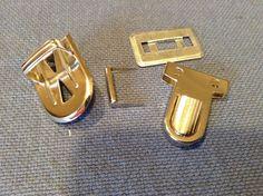 Attache argentée pour cartable vendu 25x35mm : Attaches par piment-t-mercerie