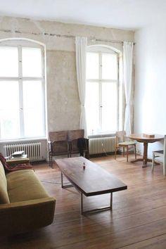 Minimalistisches Wohnzimmer In Berliner Altbauwohnung