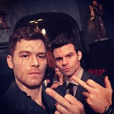The Originals and The Vampire Diaries . Joseph Morgan and Daniel Gillies as Klaus and Elijah Vampire Diaries Memes, Vampire Diaries Damon, Vampire Diaries The Originals, Serie The Vampire Diaries, Klaus The Originals, Vampire Diaries Wallpaper, Vampire Daries, Originals Cast, Daniel Gillies