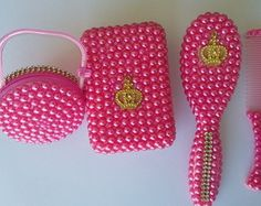 pente escova customizado com perola rosa Baby Kit, Baby Princess, New Baby Products, Kids Fashion, Projects To Try, Glitter, Baby Shower, Crochet, Diapers