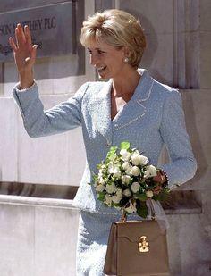 Princess Diana Jewelry, Princess Diana Fashion, Diana Spencer, Suits Meghan, Capsule Outfits, Boucle Jacket, Royal Engagement, Himmelblau, Princess Of Wales