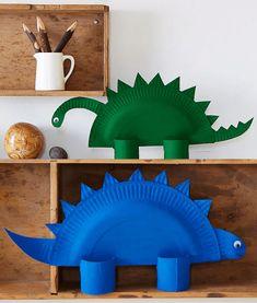 Ya sabemos que últimamente vuestros hijos vienen cansados, es el colegio y la rutina. No obstante, aún tenemos tiempo para aprovechar con ellos. Un sábado o un domingo puede convertirse en el momento perfecto para hacer una manualidad infantil y de eso nosotros sabemos mucho. Nos encanta buscar manualidades infantiles para vosotros y vuestros peques, como estos divertidos dinosaurios con platos de papel. Seguro que en casa tienes algún fanático de estos animales. ¿Quieres leer más? Kids Crafts, Dinosaur Crafts Kids, Mothers Day Crafts For Kids, Craft Activities For Kids, Easy Diy Crafts, Projects For Kids, Diy For Kids, Sewing Projects, Arts And Crafts