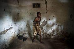 Un parente del ventenne Sept-Abel Sangomalet piange la morte del ragazzo a Bangui, nella Repubblica Centrafricana: alcuni membri di una milizia musulmana lo hanno accoltellato nel sonno nella casa di famiglia. Nella Repubblica Centrafricana i musulmani stanno combattendo contro le milizie cristiane, in una guerra civile che ha provocato migliaia di morti da entrambe le parti.