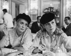 Catherine Deneuve et Françoise Dorleac dans un café pendant le tournage des Demoiselles de Rochefort de Jacques Demy, 1966.