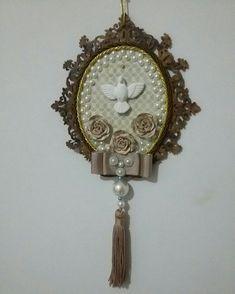 Medalhão de porta do espírito santo feito a mão. Gesso e MDF. Ideia de presente. Compre aqui: Instagram: @blessedartes