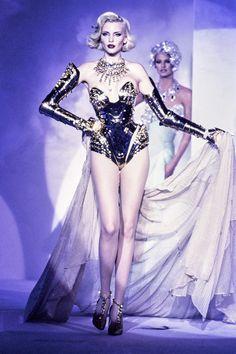 Mugler Fall 1995 Couture Fashion Show - Nadja Auermann, Linda Evangelista 90s Fashion, Couture Fashion, Fashion Art, Runway Fashion, Fashion Models, High Fashion, Fashion Show, Vintage Fashion, Fashion Design