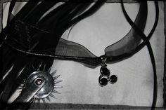 Collar en piel y seda con adorno triskel negro y plata