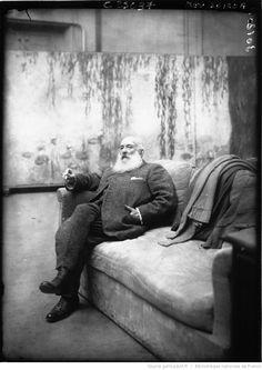 Claude Monet, peintre, dans son atelier : [photographie de presse] / Agence Meurisse | Gallica