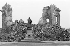 Die Bombardements liessen auch die berühmte Frauenkirche zusammenstürzen. Der Monumentalbau, der rund 200 Jahre die Silhouette der Altstadt geprägt hatte, wurde erst 2005 wieder eingeweiht.