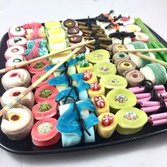 Cute Desserts, Dessert Recipes, Candy Sushi, Dessert Sushi, Yummy Treats, Yummy Food, Sleepover Food, Candy Drinks, Sushi Party