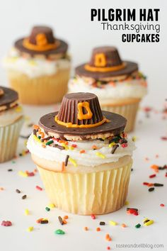 Cupcakes made with 3 eggs and oil instead of butter Pilgrim Hat Thanksgiving Cupcakes - white cupcakes with a classic buttercream are topped with an edible pilgrim hat - the perfect Thanksgiving cupcakes! Thanksgiving Cupcakes, Holiday Cupcakes, Cupcakes Fall, Thanksgiving Food, Thanksgiving Decorations, Turkey Cupcakes, Thanksgiving Prayer, Themed Cupcakes, Holiday Desserts