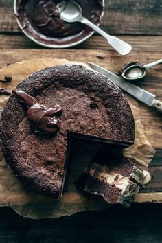 This Fudge Brownie Ice Cream Cake is easy to make and beyond delicious. Two fudge brownie layers, a chocolate fudge sauce, and lots of creamy ice cream. Death-by-chocolate guaranteed. Ice Cream Desserts, Köstliche Desserts, Frozen Desserts, Ice Cream Recipes, Chocolate Desserts, Delicious Desserts, Ice Cream Toppings, Sweet Desserts, Yummy Treats