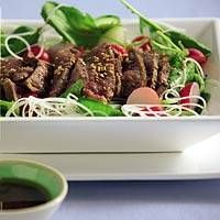 Japanese beefsalad for the asian lovers among us Soup And Salad, Japanese Food, Asian Recipes, Sushi, Salads, Good Food, Goodies, Low Carb, Beef