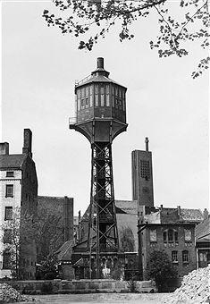 Wasserturm an der Bundesallee, Berlin 1955.Im Hintergrund die Kirche am Hohenzollerndamm.